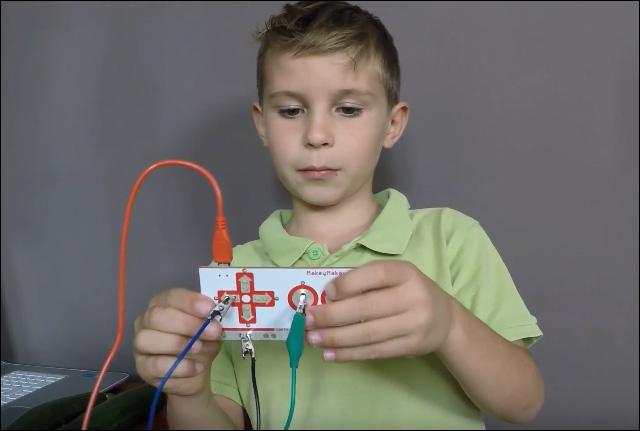 Tuto vidéo Makey Makey pour faire de la musique avec des courgettes
