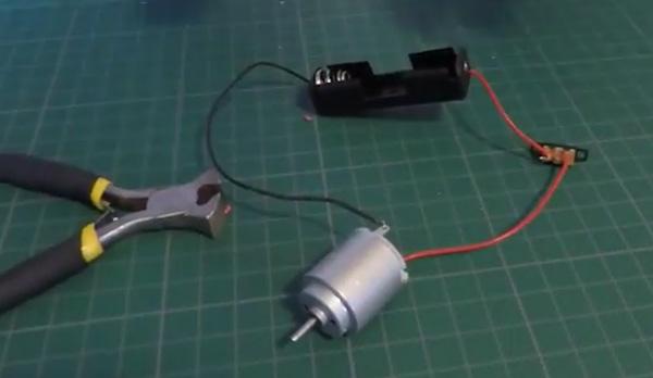 Tuto vidéo pour faire un robot brosse : le circuit électrique
