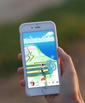 Les enfants avec votre smartphone et Pokemon Go
