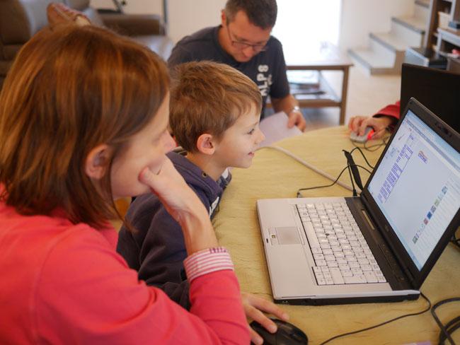 Les enfants codent, les parents sont là pour aider si besoin