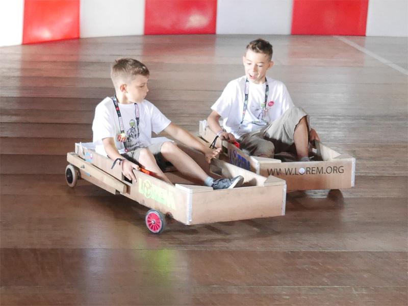Des Loustics en pleine course de kart électrique